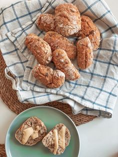 Yön yli sämpylät - helppo resepti! - Elina Ada Sofia Cookies, Desserts, Food, Crack Crackers, Tailgate Desserts, Deserts, Biscuits, Essen, Postres