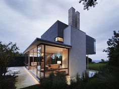beach house at montauk point in the hamptons. designed by steve harris architects.-- It's too contempory for my taste, but all then windows are gorgeous! Of course, you'd have to have private grounds, wouldn't you??