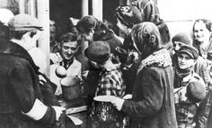 Warsaw, Poland, Distribution of food to the Jews of the ghetto. Good Men Do Nothing, A Good Man, Warsaw Ghetto, Warsaw Poland, Mao Zedong, Service Secret, Never Again, Remembrance Day, We Remember
