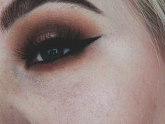 Warm smokey eye makeup with a jet black cat wing. Strong eyebrows with huda beauty samantha #7 lashes