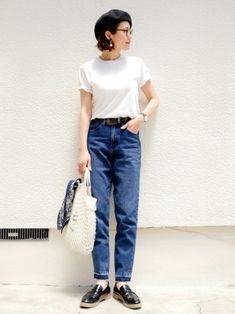 デニム×白Tシャツのシンプルな組み合わせに、あみあみバッグをプラスした着こなし。デニムのカラーと同じブルーのバンダナを巻くことで、着こなしに統一感が生まれます。ベレー帽と合わせて、フレンチ感を演出♪ Basic Outfits, Petite Outfits, Simple Outfits, Urban Fashion, Girl Fashion, Fashion Outfits, Womens Fashion, Ladies Fashion, Normcore
