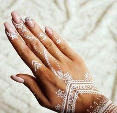 60 ideas with henna to create art - Your Fashion Styles White Henna Tattoo, Tattoo Henna, Diy Tattoo, Henna Mehndi, Henna Art, Finger Tattoos, Hand Tattoos, Tatoos, Henna Designs