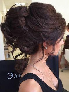 Penteado lindo para uma noiva, madrinha, formatura ou mãe da noiva. Coque alto com fios desconstruídos para cabelo castanho escuro