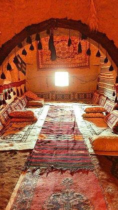 A beehive home living area in Harran, southeast Turkey Turkish Decor, Moroccan Decor, Bühnen Design, House Design, Marrakech, Istanbul, Arabian Decor, Deco Restaurant, Moroccan Interiors
