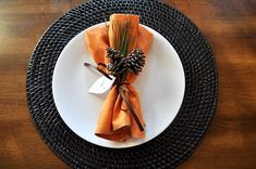 For a Thanksgiving Day place setting, I would use acorns instead of pinecones, but otherwise I like the clean, simple look. 20 Thanksgiving Place Settings Ideas