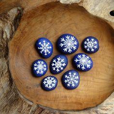 ,,KAMENY S VLOČKAMI - FIALOVO -BÍLÉ,, Malované kamínky,,FIALOVO -BÍLÉ,, s ručně malovanými sněhovými vločkami,průměrná velikost největší cca 6 X 5 cm,a nejmenší 3 x 2 cm. Půvabná a působivá netradiční dekorace,na Váš vánoční stůl,dáreček pro blízké,kteří už mají ,,všechno,,,dekorace na okno,či drobnost k dárkům.... Motivy vloček jsou náhodné a ...