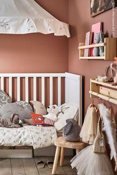 Skapa ett mysigt och lekfullt barnrum i en traditionell stil. Med en sänghimmel kan du skapa stämning och förvandla sängen till en mysig vrå. Toddler Bed, Room, Furniture, Home Decor, Traditional, Child Bed, Bedroom, Decoration Home, Room Decor