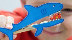 Une idée dédiée aux plus féroces farceurs du 1er avril. Bien accrochés sur leur pince à linge, ces requins ouvrent très grande leur immense mâchoire !