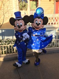 25th Anniversary Mickey & Minnie striking a pose at Disneyland Paris