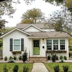 Beautiful And Affordable Small Cottage House Plan Ideas - Unique home designs incorporate some modern floor plans and contemporary house plans in addition to many others that wouldn't be found along a regular neighborhood street. Best Tiny House, Cute House, Small House Plans, Cottage Style House Plans, Style At Home, Small Cottage Designs, Small Cottage Homes, Casa Patio, Bungalow Homes