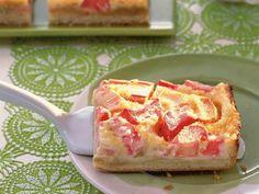 Auf der Suche nach einem köstlichen Frühlingskuchen? Hier finden Sie ein kostenloses Rezept für einen Rhabarber-Blechkuchen mit leckerer Vanillepudding-Schicht!
