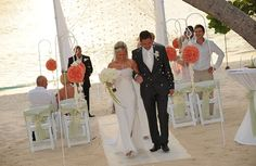 Beautiful wedding at Caribbean Club, Seven Mile Beach, wedding planners Celebrations made it look heavenly