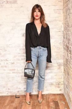 Jeanne Dama, bluxa preta, calça jeans cropped, sapato metálico