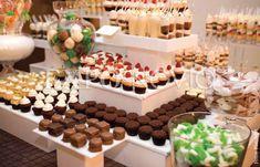 Una tendencia actual en las bodas es el uso de mesas de dulces y mesas de postres. Hay que mencionar que, aunque a simple vista parezcan lo mismo, son dos opciones completamente diferentes.