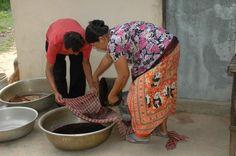 Pom en Sokoan verven hun zijde met natuurlijke kleurstoffen