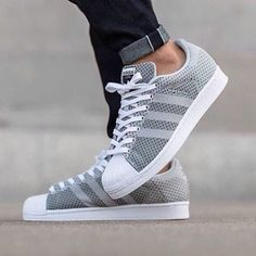 Camouflage coat Camille Callen Mango jacket androgynous style joggers pair of classic Adidas Superstars Jacket: Mango* Joggers: Forever Top: Zara* Sneakers: Adidas. Sneakers Fashion, Fashion Shoes, Mens Fashion, Trill Fashion, Tenis Casual, Casual Shoes, Adidas Superstar, Nike Shoes, Shoes Sneakers