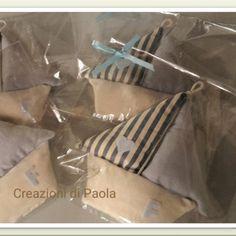 Bomboniere a forma di barchetta personalizzate con iniziale del bimbo, confetti sul retro e vele profumate alla lavanda