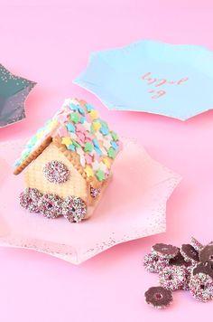Kleines Lebkuchenhaus aus Butterkeksen - ganz einfach auch schon mit kleinen Kindern zu machen. Viele niedliche Ideen auf dem Minidrops Blog >>> #weihnachten  #lebkuchen  #minidrops