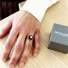 Det'nlarsens billede. Fine Jewelry, Jewellery, Minimalist Jewelry, Rings For Men, Charlotte, Wedding Rings, Engagement Rings, Jewelery, Men Rings