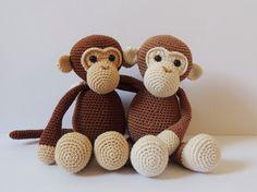 Dit zijn de twee aapjes Michel en Robin. Ze zijn erg lief, houden van gek doen en spelen graag met elkaar. Michel en Robin zijn ook erg stoer en houden zo nu en dan van voetballen! Hun petje nemen ze overal met zich mee. Wat heb je nodig om een aapje te maken? - haaknaald nr. 2.5 of nr.