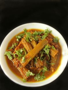 Drumsticks cooked in Onion tomato base Lunch Recipes, Vegan Recipes, Cooking Recipes, Vegetarian Food List, Bread Soup, Tomato Curry, Indian Food Recipes, Ethnic Recipes, Indian Dishes