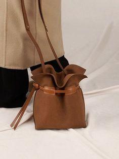 Make Hobo Bag chamude bag Tote Handbags, Leather Handbags, Leather Bag, Fabric Bags, Leather Projects, Hobo Bag, Leather Craft, Fashion Bags, Bucket Bag