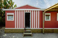 Mobil Homes en alquiler en el camping situado en primera línea de mar, en la Costa Dorada Cinque Terre, Shed, Outdoor Structures, Beach Feet, El Dorado, Barns, Sheds