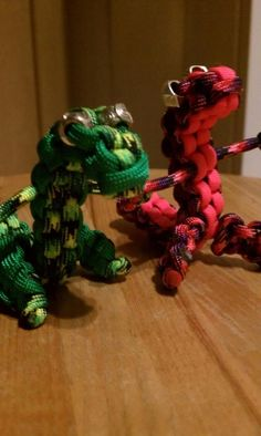 I've made two so far, as christmas gifts for my uncle and grandfather. they turned out great. I used one piece of wire through the center of the body and one through the arms, so I could pose them in classic t-rex style, and added a spiked tail. Hobbies And Crafts, Crafts To Make, Diy Crafts, Cub Scout Crafts, Woolen Craft, Homemade Bracelets, Parachute Cord, Paracord Projects, 550 Paracord