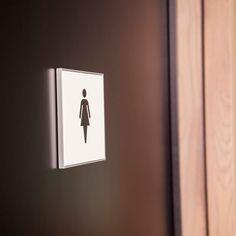 Toilet skilt i elegant og enkelt design.  Se meget mere på www.kontorskilte.com