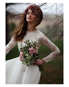 La combinación perfecta para novias invernales. Vestido con cuerpo de encaje de  @nnavascues corona de flores de @suma_cruz_oficial y ramo de @olympiayyo  #lunchtime #wedding #weddingday #boda #bride #bridetobe #bridal #onedaybridal #onedaybride #novia #groom #bridaldress #vestidodenovia #weddingdress #ramodenovia #bouquet #flowers #flores #couture #estilazo #style #inlove #Amazing #Beautiful #weddinginspiration #inspiration #love #like #picoftheday #siempremia