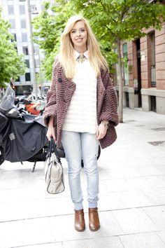 Cristina lleva jersey y camisa de Mango, pantalones y botines de Zara, bolso Bimba & Lola, collar de Adolfo Dominguez, chaqueta de Zara y pulsera de Tiffany.