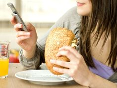 Cada vez es una imagen más común: comensales en restaurantes que prestan más atención a sus celulares que a la comida que tienen delante o incluso a las personas con las que comparten el almuerzo.  Una iniciativa en Chile quiere combatir esta costumbre por lo que está ofreciendo a los clientes de restaurantes, un lugar especial en el que guardar sus móviles para así disfrutar de la comida sin distracciones... ¿Estarías dispuesto?