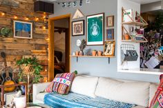 Rustic & cozy cabin vibes in los angeles eclectic decor инте Cozy Cabin, Cozy House, Living Room Grey, Home Living Room, Home Decor Bedroom, Diy Home Decor, Bedroom Rustic, Tour Saint Jacques, Above Couch