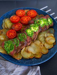 """""""Coeur de filet"""" är en klassiker som är lika god att servera till vardags som till fest. En lyxig och lättlagad rätt som kan förberedas flera timmar innan servering. Perfekt bjudrätt om man får gäster. Serveragärna rätten med kall bearnaisesås, recept hittar du HÄR! 6 portioner Ca 750 g oxfilé 1 kg fast potatis 3 st tomater Salt & peppar Olja till stekning 1 dl vatten Vitlökssmör: 50 g smör 2 st vitlöksklyftor 0,5 dl finhackad persilja 1 tsk citronzest (rivet skal från en citron, bara d..."""
