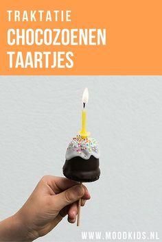 Maak van gewone chocozoenen echte feestelijke traktatie chocozoenen. Vermomd als gebakje met zelfs een verjaardagskaarsje erop. Zo leuk! Bekijk hier hoe je ze maakt.