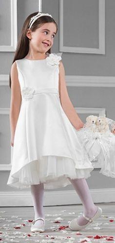 Een elegant satijnen jurkje in de kleur ivoor, van het merk Emmerling. Met 2 rozen op de voorkant en de rok iets oplopend aan de voorkant, zodat de tule mooi zichtbaar is. Nu bij bruidskindermode.nl voor een zacht prijsje: 49,95. Trouwen, bruiloft, huwelijk, bruidskinderen, bruidskinderkleding, bruidsmeisje, bruidsmeisjesjurk, bruidsmeisjeskleding, communie, communiejurk, communiekleding, kinderbruidsmode, kinderbruidskleding.