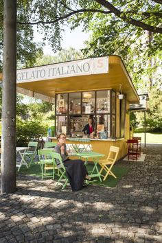 Lippakioski, Katajanokka. Helsingissä on  20 kioskia, jotka kaupunginarkkitehti Gunnar Taucher (1886–1941) ja arkkitehti Hilding Ekelund (1893–1984) suunnittelivat 1930-luvulla.  Käytännössä suurin osa jäljellä olevista lippakioskeista on rakennettu 1940–1950-luvuilla. Kaikki lippakioskit ovat nykyisin suojelukohteita.