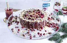 Suussa sulava suklaakakku karpalotwistillä kiinnittää katseet juhlapöydässä.   Voit valmistaa kakun jo edellisenä päivänä, jotta se ehtii hyytyä kunnolla jääkaapissa – ja juhlapäivänä säästyy aikaa muuhun.  Kirpeä keksipohja ja sametinpehmeä suklaatäy Chocolate Cakes, Christmas Foods, Tiramisu, Baking, Ethnic Recipes, Choco Pie, Christmas Dinner Prayer, Bakken, Chocolate Cake