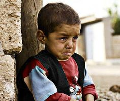 Crying for the loss of his mom. Isn't sad how that's an everyday thing for a child in Palestine? Ya allah help our brothers and sisters overcome the depression. Syrian Children, Poor Children, Precious Children, Beautiful Children, Children Of Syria, New Foto, Kids Around The World, United We Stand, Faith In Humanity
