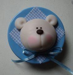 latinha colorida com aplique de urso em biscuit, escolha o tema, tem outras cores tbem, consulte. R$ 5,00