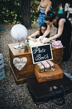 Un matrimonio eco-friendly sotto la pioggia Beach Wedding Centerpieces, Garden Wedding Decorations, Wedding Themes, Vintage Travel Wedding, Vintage Wedding Photos, Photos Booth, Photo Booth Props, Vintage Photo Booths, Wedding Consultant