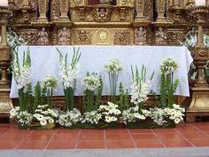 Altar Flowers, Church Flower Arrangements, Wedding Reception Flowers, Church Flowers, Floral Arrangements, Bouquet Wedding, Wedding Nails, Church Altar Decorations, Pew Decorations