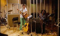Paul McCartney and Stevie Wonder in the studio. Paul McCartney continues to use Billboard in USA and NME in the UK as vehic. Paul Mccartney Kids, Paul And Linda Mccartney, Stevie Wonder, Ringo Starr, George Harrison, John Lennon, Les Beatles, Tug Of War, Yellow Submarine