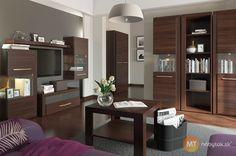 Chcete bývať v luxusnej domácnosti? Začnite obývacou izbou Asym 1. Užijete si nábytok v atraktívnom modernom dizajne a s množstvom praktického využitia. Televíziu umiestnite na televízny stolík a pohár vína si odložíte na konferenčný stolík. Knihy ľahko uskladníte v policovom regáli a šaty a obleky schováte do šatníkovej skrine. Na užitočné aj dekoratívne obľúbené predmety prídu vhod 3 presklené vitríny, závesná skrinka a polica.