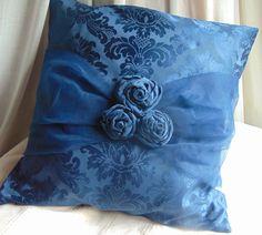 E' una mia creazione: damascato in raso blu con fascia in tulle e rose in tessuto fatte a mano.