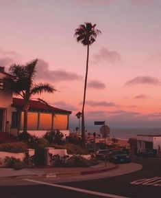 Pink sky and palm trees at Los Angeles, California. Sky Aesthetic, Summer Aesthetic, California Dreamin', Los Angeles California, Pretty Sky, Aesthetic Pictures, Aesthetic Wallpapers, Beautiful Places, Scenery