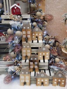 Acquista online decorazioni natalizie originali ed ecomomiche per allestire vetrine e decorare negozi, ristoranti e non solo. Decorazioni in legno per allestire un Natale in stile shabby chic.