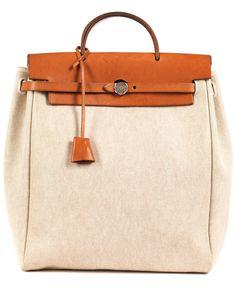 Ca. 31 x 30 x 11 bzw. ca. 24 x 30 x 9 cm. Zwei beigefarbene Stofftaschen in unterschiedlichen Größen mit Lederbesatz und silberfarbenen Beschlägen. Der...