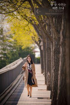 Son Ye-Jin is Yoon Jin-Ah in Pretty Noona Who Buys Me Food (Something in the Rain). Live recapping at Drama Milk! Korean Actresses, Korean Actors, Rain Fashion, World Photography, White Photography, Diy Fashion Hacks, Weightlifting Fairy Kim Bok Joo, Asian Celebrities, Kdrama Actors
