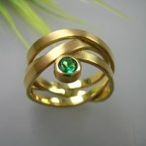 Smaragd Wickelring Source by The post Smaragd Wickelring appeared first on Kunex. Jewelry Design Earrings, Gold Jewelry, Jewelry Rings, Women Jewelry, Emerald Ring Vintage, Diy Jewelry Holder, Ring Verlobung, Contemporary Jewellery, Ring Designs